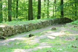 Zidul incintei militare la poarta de est