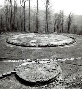 Templul mare circular si altarul de andezit (fotografie de arhiva)